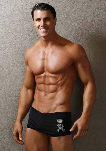 skinny guy gains muscles